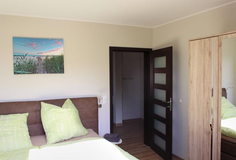 Schlafzimmer mit Bett und Schrank